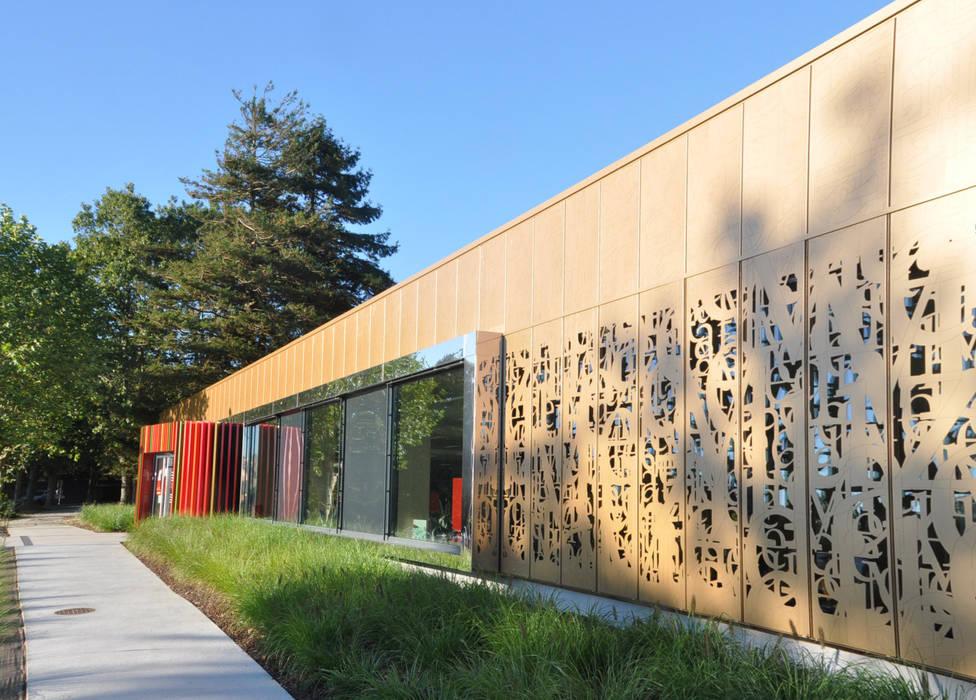 Une façade qui reflète son environnement et son patrimoine local: Ecoles de style  par vignault x faure