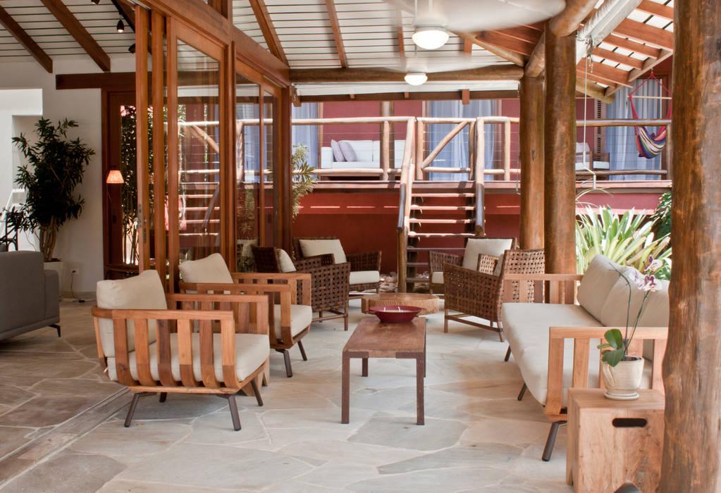 Balcones y terrazas rústicos de Renata Romeiro Interiores Rústico