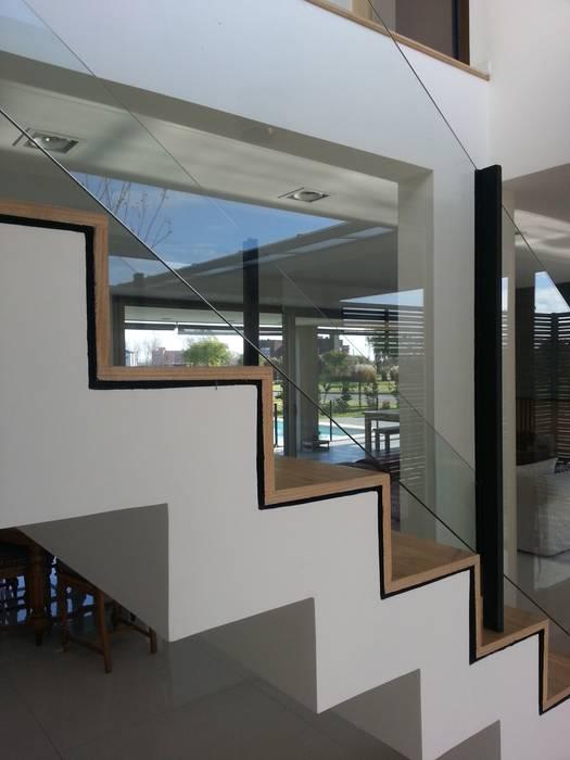 Moderner Flur, Diele & Treppenhaus von estudio 44 Modern Holz Holznachbildung