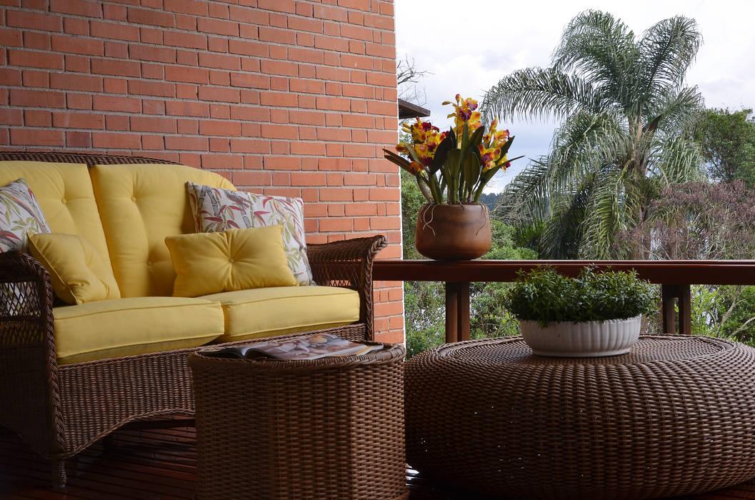 Chalé Clube de Campo de São Paulo: Varanda, alpendre e terraço  por Renata Romeiro Interiores,