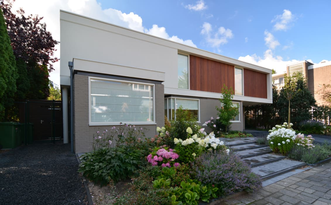 De verbouwde villa vanaf de straatzijde:   door Architéma Architectuurstudio