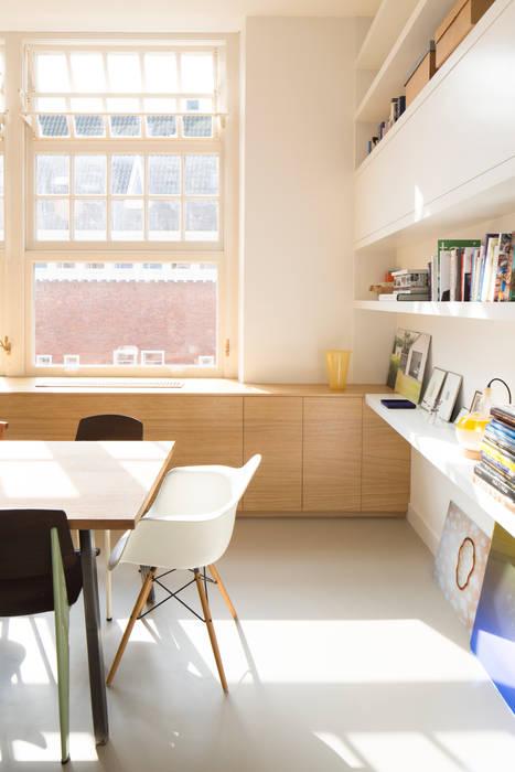 Boekenkast met zwevende planken Industriële woonkamers van homify Industrieel