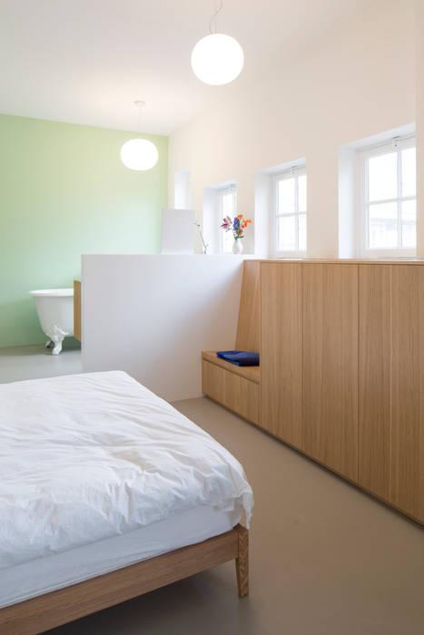 Slaapkamer met eiken kasten Industriële slaapkamers van homify Industrieel