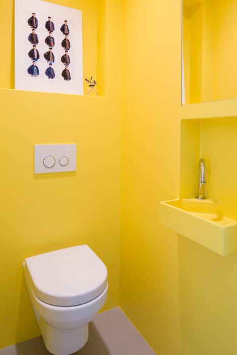 Knal geel naadloos toilet Industriële badkamers van homify Industrieel