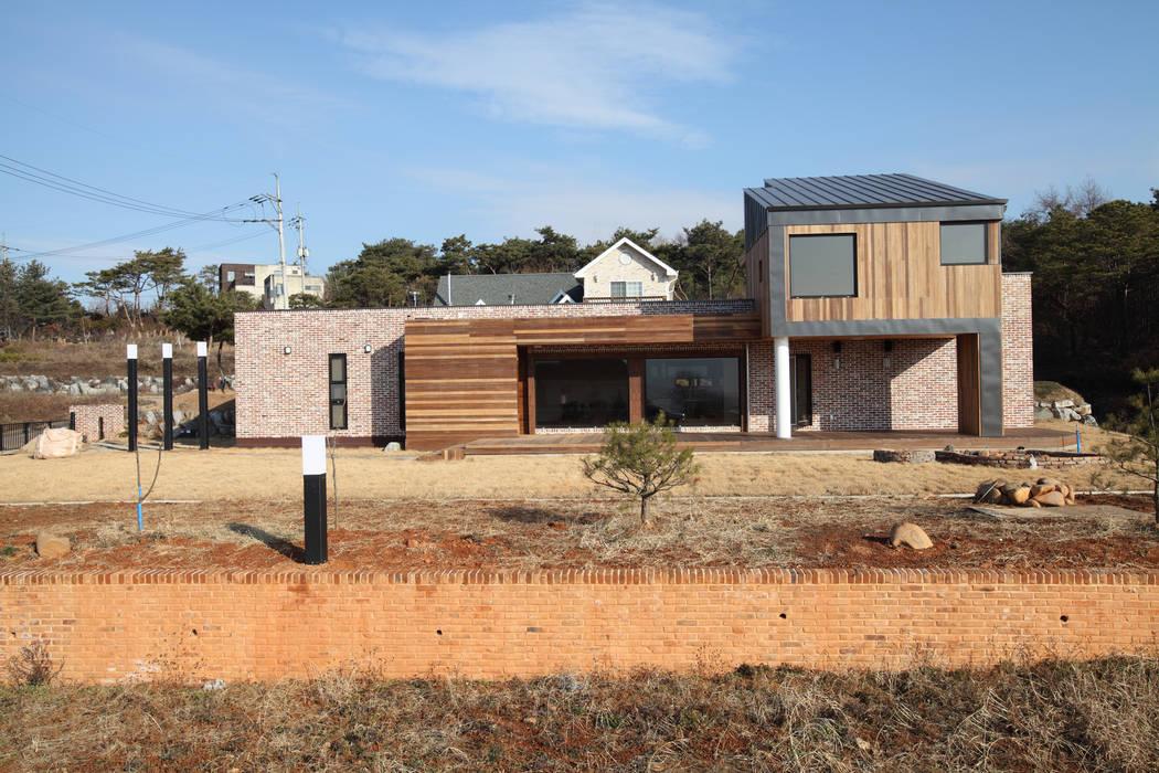양평 회현리주택의 정면: 주택설계전문 디자인그룹 홈스타일토토의  주택