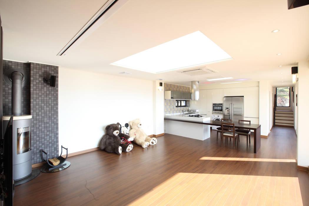 탁트인 거실: 주택설계전문 디자인그룹 홈스타일토토의  거실