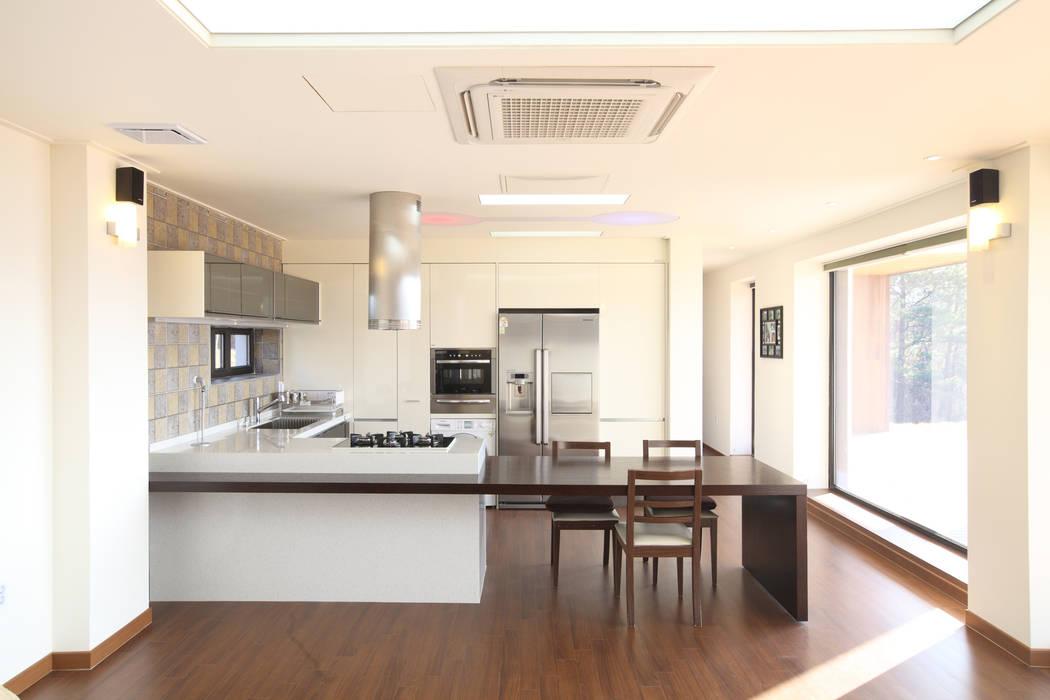 양평 회현리주택의 개방형주방: 주택설계전문 디자인그룹 홈스타일토토의  주방