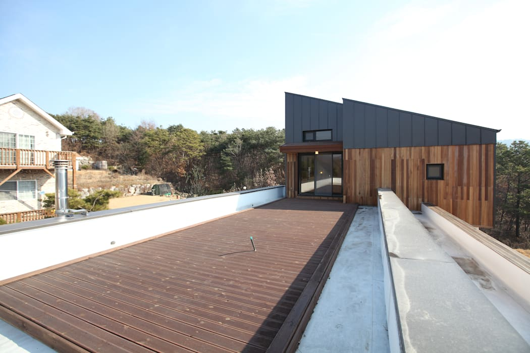 2층의 옥상: 주택설계전문 디자인그룹 홈스타일토토의  베란다,모던