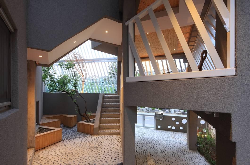 Couloir, entrée, escaliers modernes par IROJE KIMHYOMAN Moderne