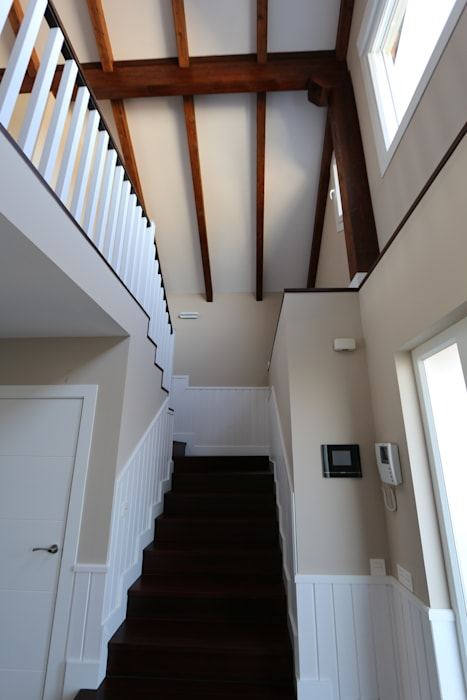 Classic style corridor, hallway and stairs by Canexel Classic