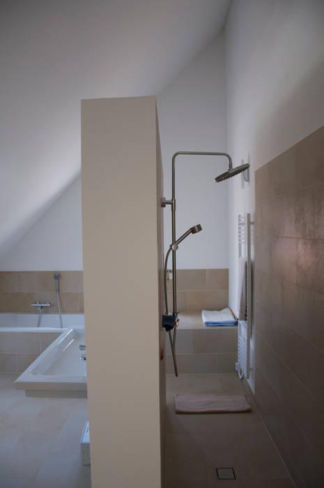 Bad dachgeschoß: badezimmer von arieltecture gesellschaft von ...