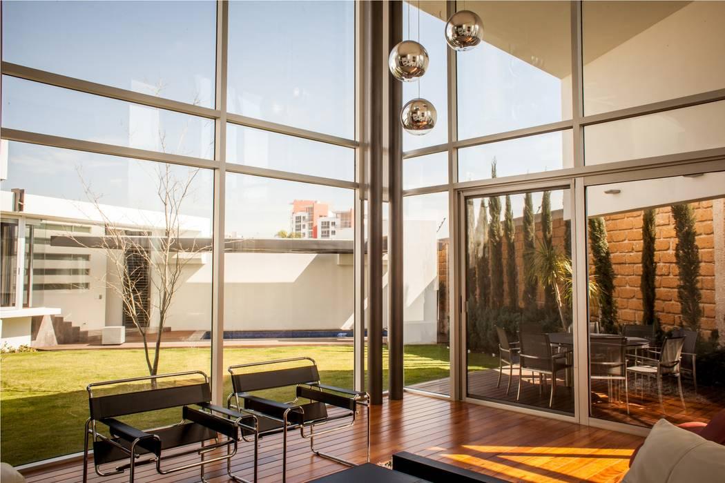 Ruang Keluarga Modern Oleh GRUPO VOLTA Modern
