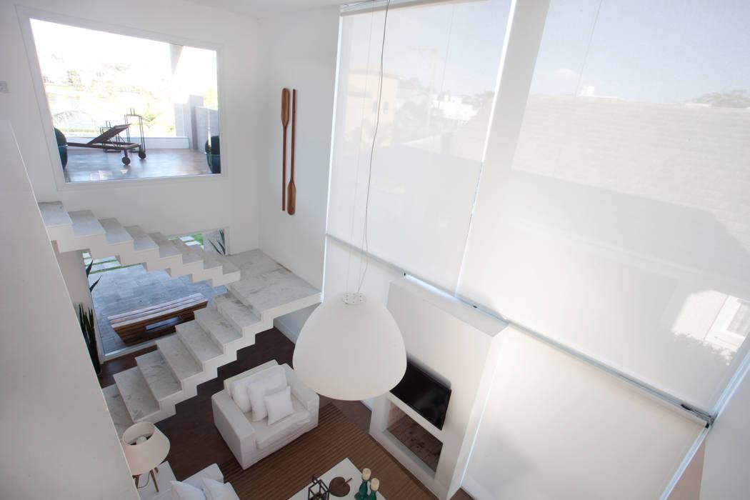 Tropical style living room by Tweedie+Pasquali Tropical