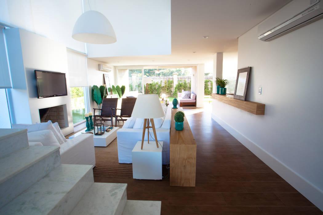Living room by Tweedie+Pasquali, Tropical