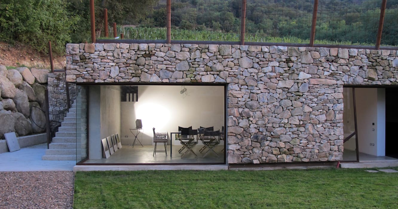 vista cantina e colle: Cantina in stile In stile Country di GRISDAINESE