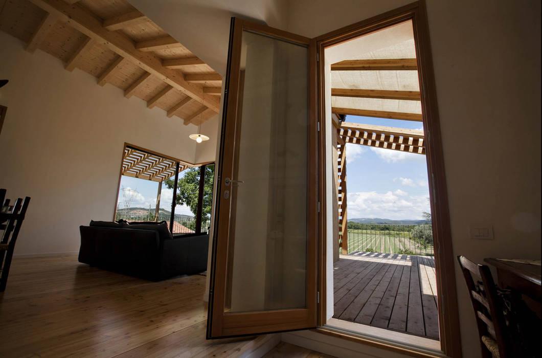 Ristrutturazione ed ampliamento di un fabbricato rurale a Suvereto (LI) Finestre & Porte in stile mediterraneo di mc2 architettura Mediterraneo
