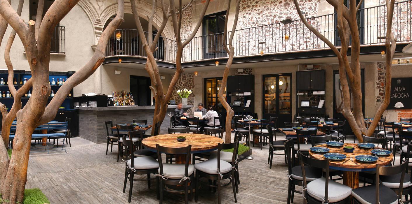 Restaurante Azul Histórico: Espacios comerciales de estilo  por kababie arquitectos, Rústico
