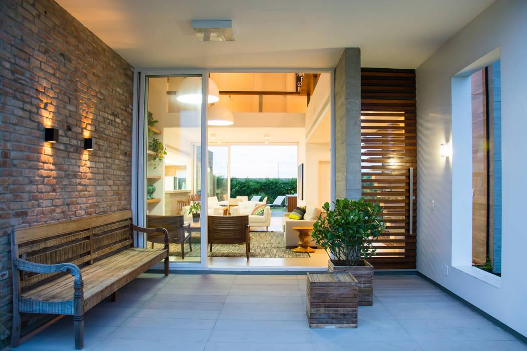 Modern style balcony, porch & terrace by SBARDELOTTO ARQUITETURA Modern