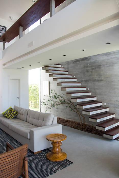 Couloir, entrée, escaliers modernes par SBARDELOTTO ARQUITETURA Moderne