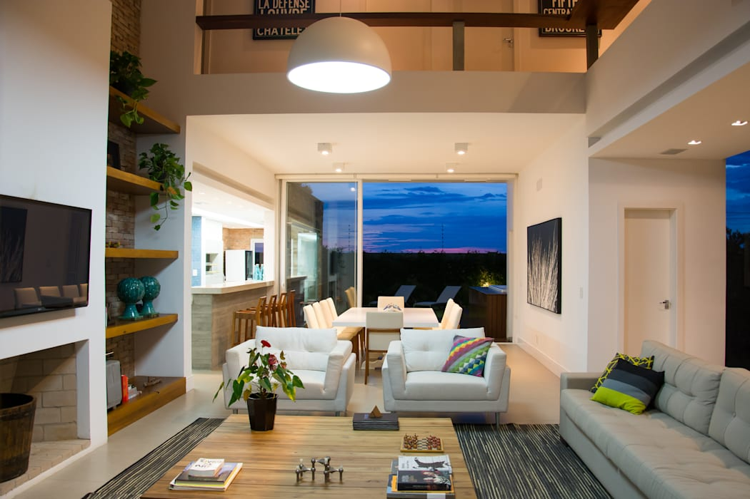 CASA VENTURA M22 SBARDELOTTO ARQUITETURA Salas de estar modernas