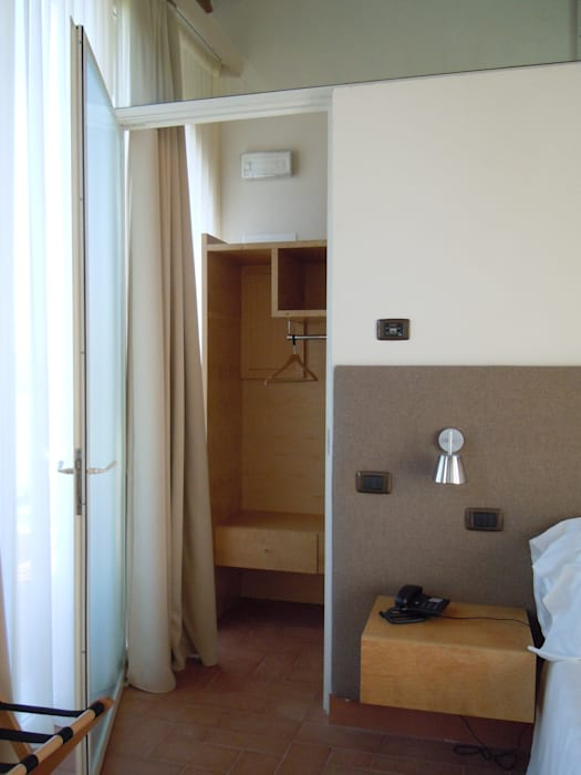 suite  - particolare  sull'ingresso al guardaroba: Hotel in stile  di Maurizio Andruetto  Monica Deri    Architetti Associati