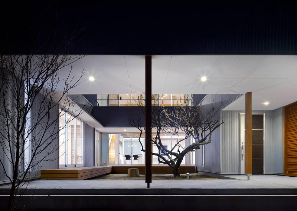 夕景:中庭の梅の木 オリジナルな 庭 の 有島忠男設計工房 オリジナル