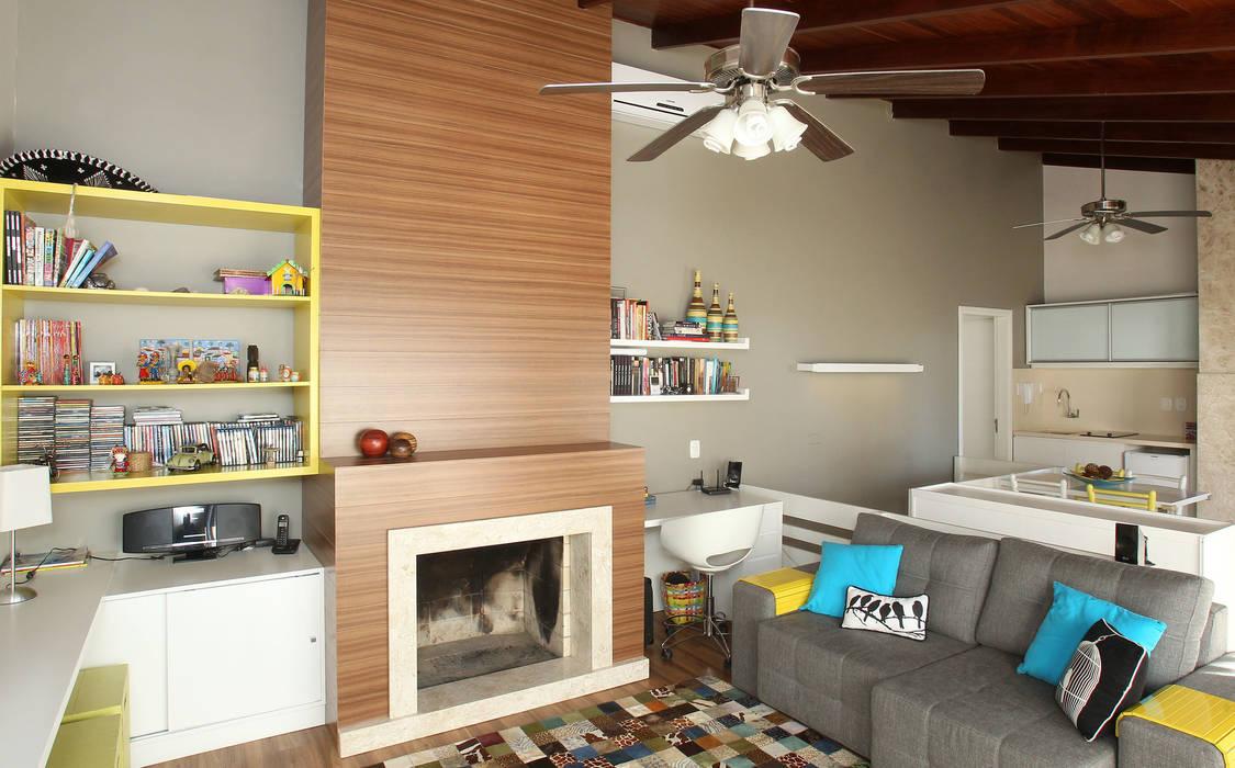 Sala de Estar  com espaço projetado ao uso do computador: Salas de estar  por Quadrilha Design Arquitetura