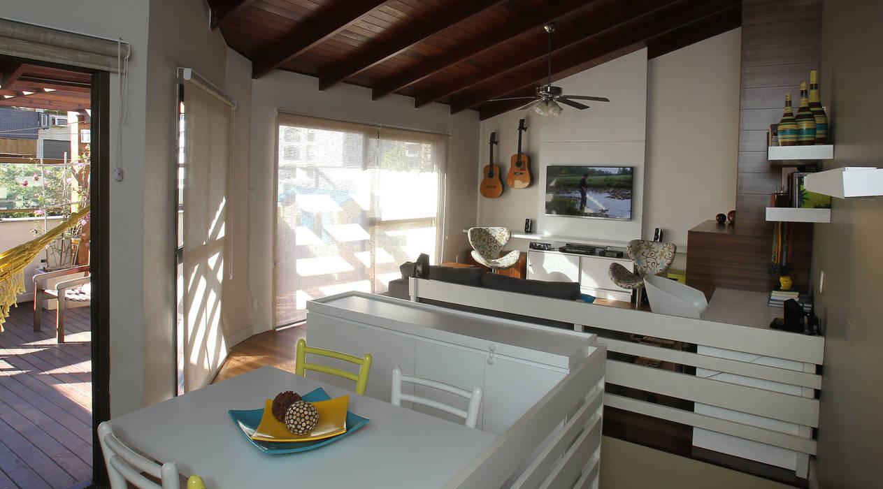 Sala de Estar - ambiente churrasqueira: Salas de estar  por Quadrilha Design Arquitetura