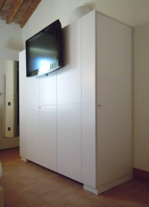 camera bianca - particolare dell'armadio: Hotel in stile  di Maurizio Andruetto  Monica Deri    Architetti Associati