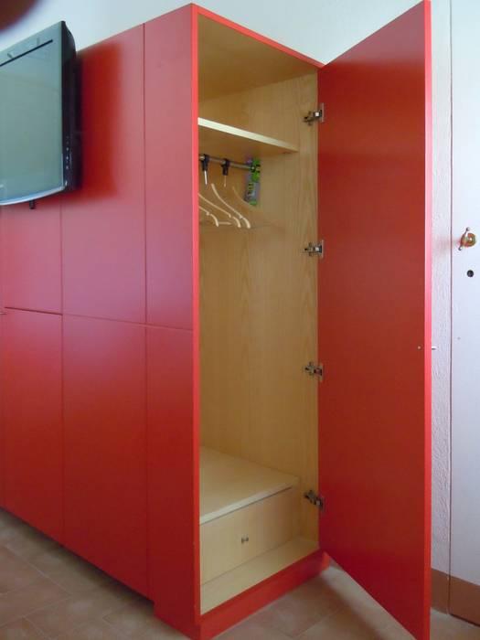 camera rossa - particolare armadio: Hotel in stile  di Maurizio Andruetto  Monica Deri    Architetti Associati