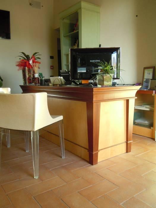 reception - particolare: Hotel in stile  di Maurizio Andruetto  Monica Deri    Architetti Associati