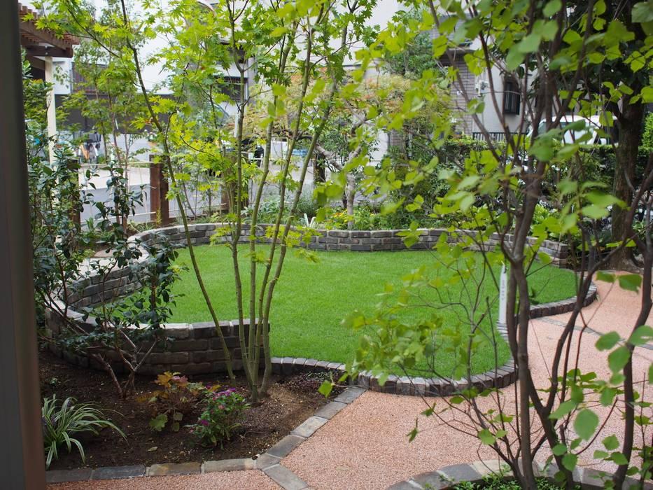 景色のための芝生: 空間工房 欅が手掛けた庭です。,カントリー
