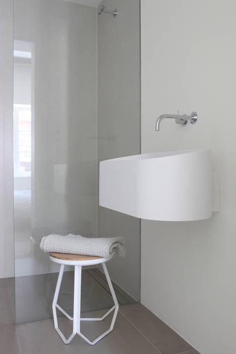 Minimalist bathroom by Studio Doccia Minimalist