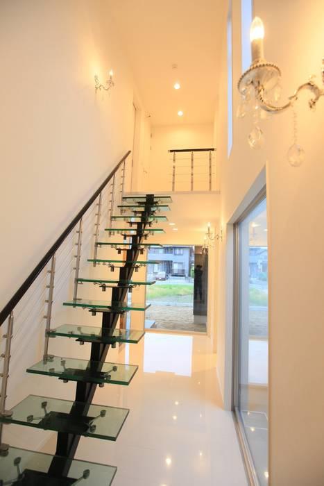 ガラス階段 モダンスタイルの 玄関&廊下&階段 の 株式会社 In Design モダン