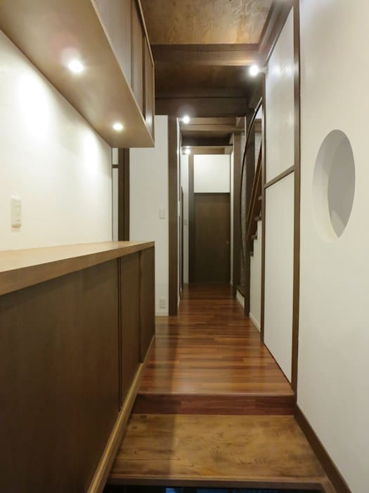 あお建築設計 Corridor, hallway & stairsStorage