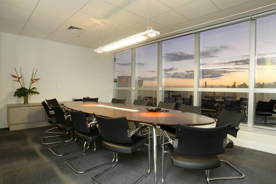 sala de reuniões Espaços comerciais modernos por Quadrilha Design Arquitetura Moderno