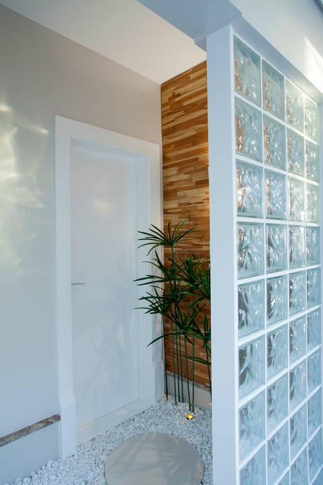 現代風玄關、走廊與階梯 根據 Designer de Interiores e Paisagista Iara Kílaris 現代風