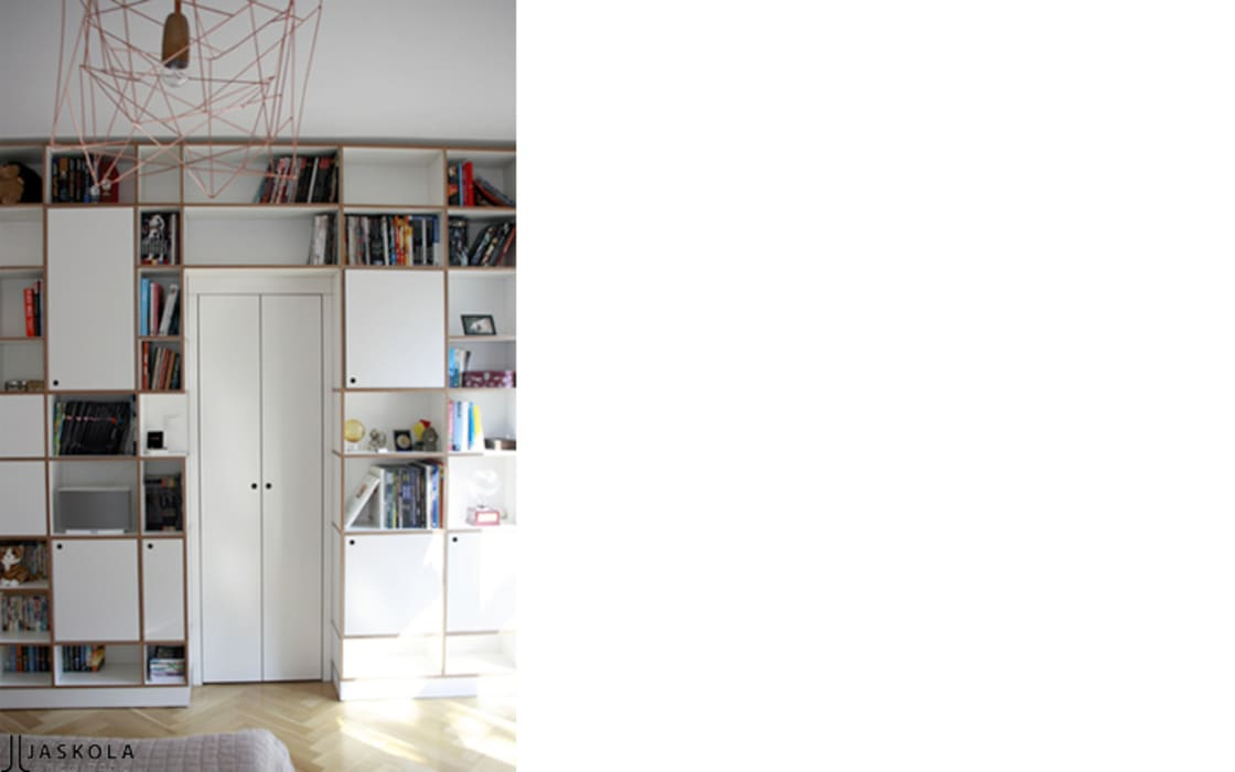 garderoba obudowana regałem ze sklejki Intterno: styl , w kategorii Sypialnia zaprojektowany przez JJJASKOLA ARCHITEKCI