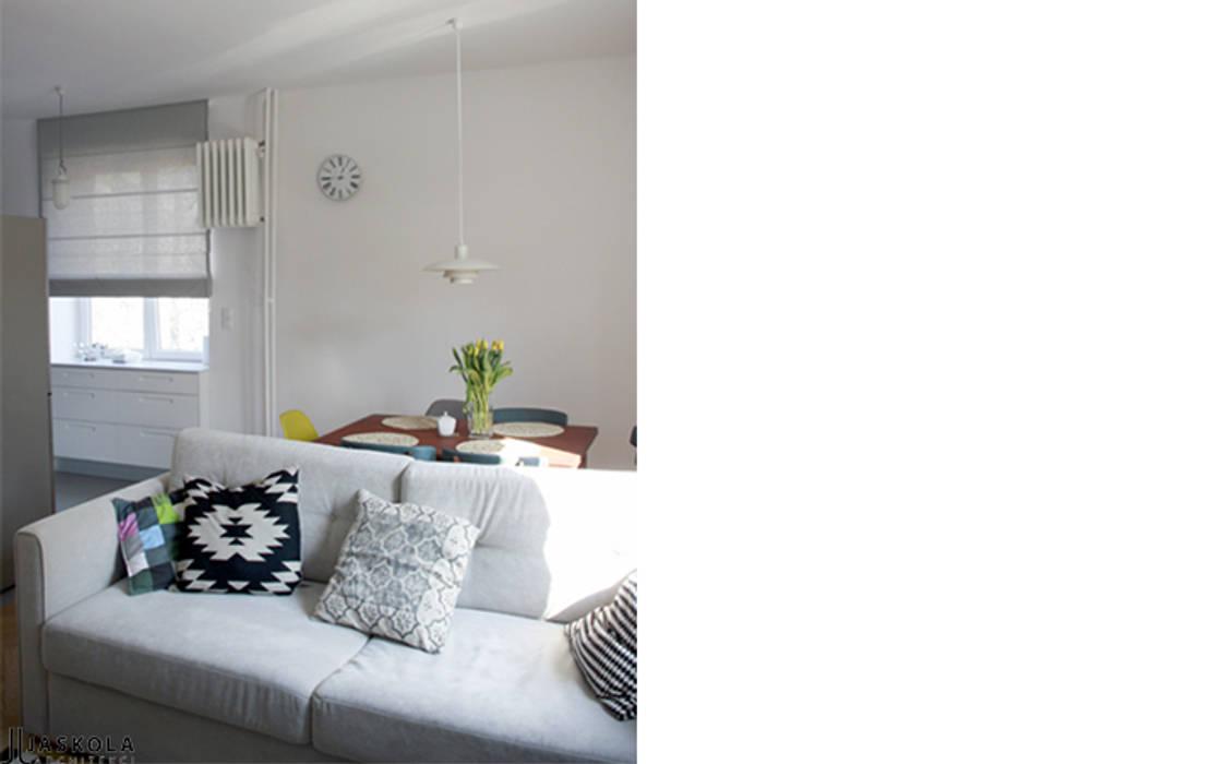 niewielkie mieszkanie w sercu Saskiej Kępy Skandynawski salon od JJJASKOLA ARCHITEKCI Skandynawski