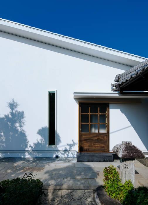 押部谷の家 蔵戸を再利用した玄関: 株式会社seki.designが手掛けた家です。