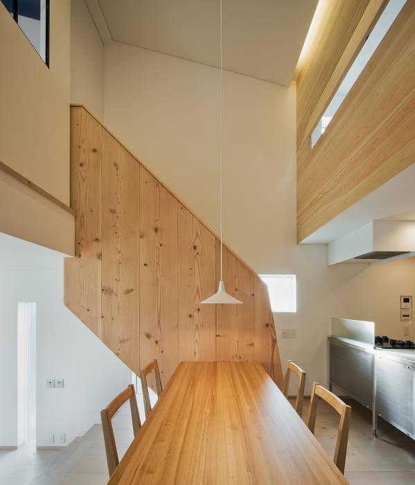 押部谷の家 ダイニングルームから階段を見る 北欧デザインの ダイニング の 株式会社seki.design 北欧