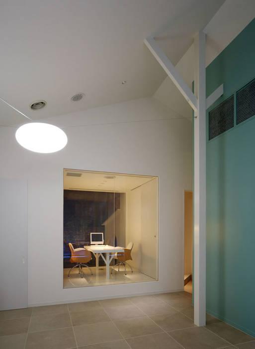廣瀬歯科診療所 院長室 NIGHT TIME 北欧風病院 の eleven nine interior design office 北欧