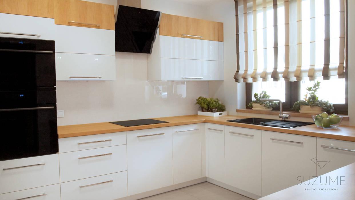 Aranżacja wnętrza domu jednorodzinnego w okolicach Szczecina.: styl , w kategorii Kuchnia zaprojektowany przez Studio projektowe SUZUME