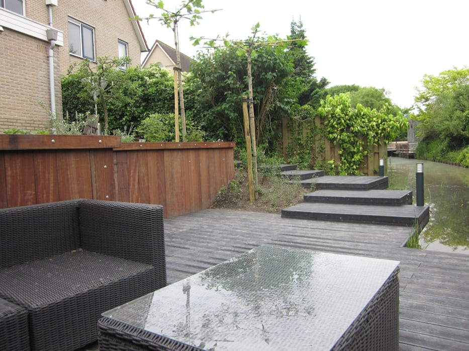Vlondertuin nabij water :  Tuin door Van Dijk Tuinen Groningen
