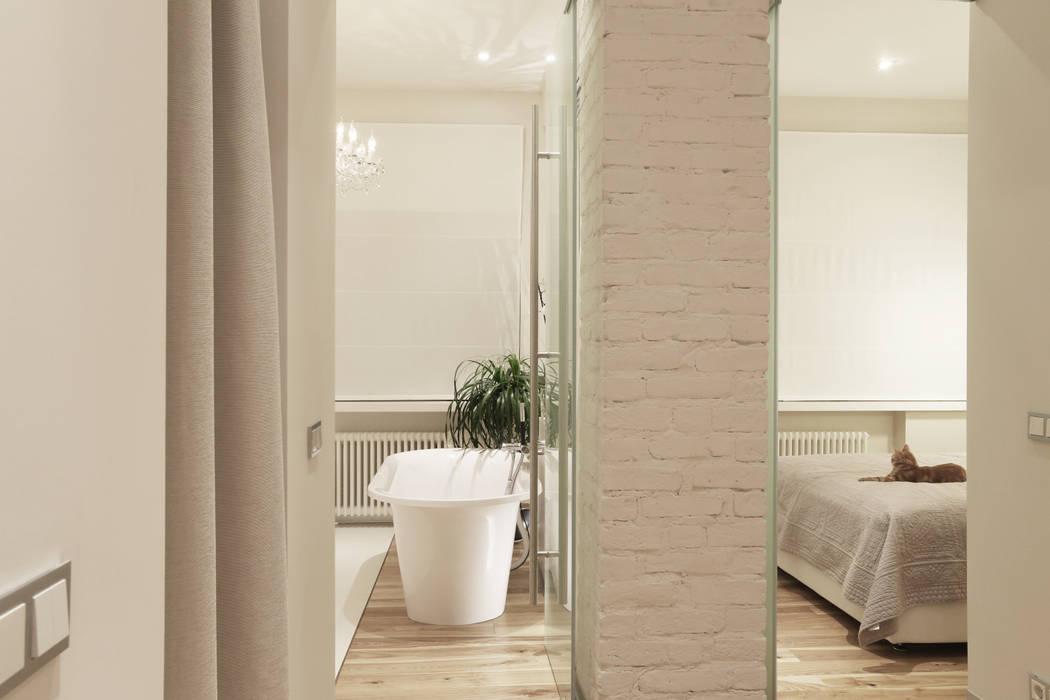 Ванна и спальня Ванная комната в скандинавском стиле от Double Room Скандинавский