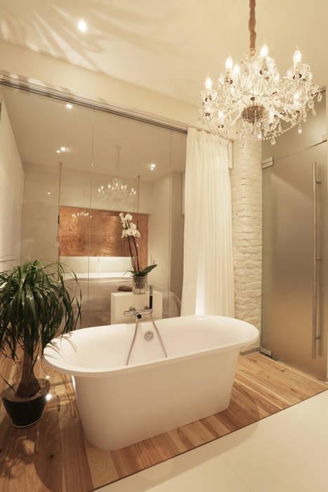 Ванна в колонном зале.: Ванные комнаты в . Автор – Double Room, Скандинавский