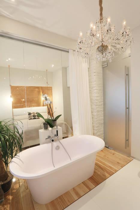 Люстра в ванной.: Ванные комнаты в . Автор – Double Room