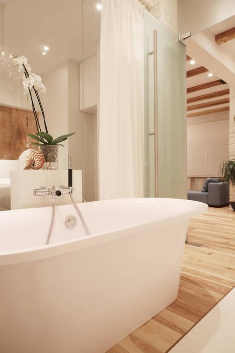 Стеклянная стена. Double Room Ванная комната в скандинавском стиле