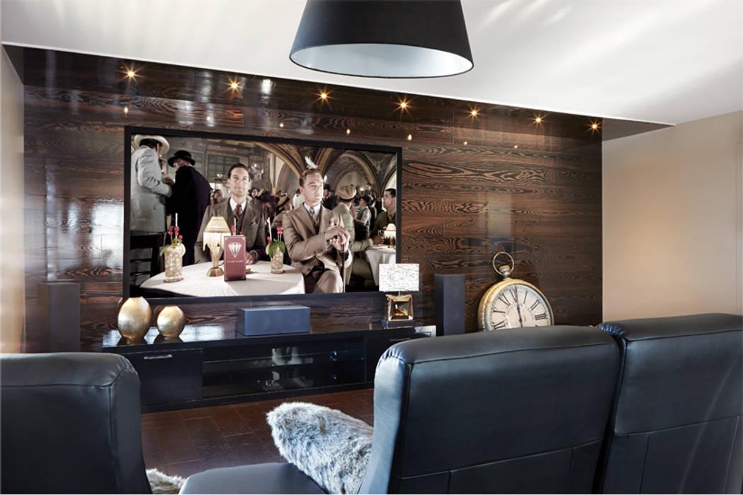Coin cinema maison: Salle multimédia de style  par Sylvie caron design inc