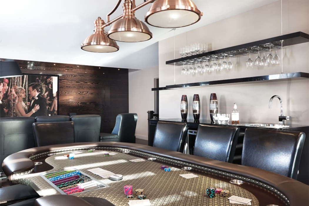 Coin poker et bar: Salle multimédia de style  par Sylvie caron design inc